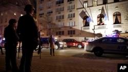 Policía de la Ciudad de Nueva York, fuertemente armados, hacen guardia frente al consulado francés en la Quinta Avenida.
