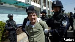 Tử tù Naw Kham trên đường tới phòng hành quyết ở Côn Minh, tỉnh Vân Nam, 1/3/2013. REUTERS/China Daily
