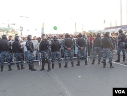 2012年5月普京就職總統前夕,莫斯科市中心反普京示威中抗議者與警察對峙。 (美國之音白樺拍攝)