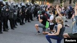 مظاهره کنندگان در نزدیکی قصرسفید به یادبود از جورج فلوید سیاه پوست زانو زده اند