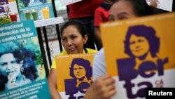Para demonstran berunjuk rasa di luar gedung pengadilan yang menyidangkan kasus pembunuhan aktivis lingkungan Honduras, Berta Caceres, di Tegucigalpa, Honduras, 29 November 2018.