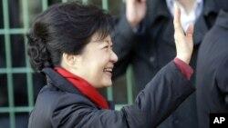 Ứng cử viên Park Geun-hye, chào những người ủng hộ khi bà đến bỏ phiếu tại một phòng phiếu ở Seoul, Nam Triều Tiên 19/12/12