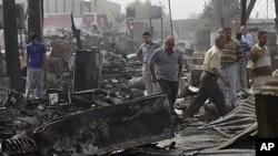 至少35人在爆炸中死亡。图为爆炸当天人们检查巴格达一处住宅楼。