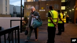 Warga dievakuasi dari gedung apartemen Taplow Tower di Camden, London utara, Jumat (23/6).