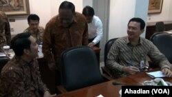 Gubernur Jakarta Ahok (kanan) dan Walikota Bandung Ridwan Kamil (kiri) saat rapat di Istana Presiden, Jakarta, Kamis, 2 April 2015 (Foto: VOA/Ahadian)