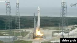 """美国航空航天局星期一在佛罗里达州的卡纳维拉尔角,用无人的宇宙神5号洲际弹道导弹发射了名为""""火星大气与挥发物演化""""(MAVEN)的探测器。(视频截图)"""