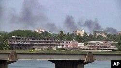 Smoke rises from the city center of Abidjan, Mar 31 2011