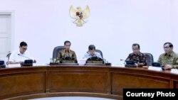 Presiden Joko Widodo memimpin rapat terbatas di kantor Presiden di Jakarta hari Selasa, 14/6 (foto: Biro Pers Kepresidenan).