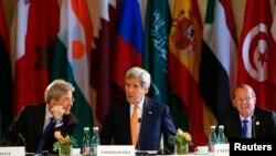 រដ្ឋមន្ត្រីការបរទេសស.រ.អា. John Kerry (កណ្តាល) លោក Paolo Gentiloni រដ្ឋមន្ត្រីការបរទេសអ៊ីតាលី និងលោក Martin Kobler ប្រេសិតអង្គការសហប្រជាជាតិ នៅក្នុងកិច្ចប្រជុំអំពីប្រទេសលីប៊ី នៅប្រទេសអូទ្រីសកាលពីថ្ងៃទី១៦ ខែឧសភា ឆ្នាំ២០១៦។
