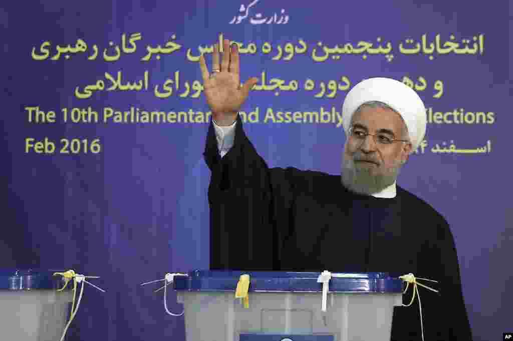 İran prezidentinin ofisinin açıqladığı bu fotoda prezident Həsən Ruhani Tehranda seçki rəsmilərinə müraciət edir