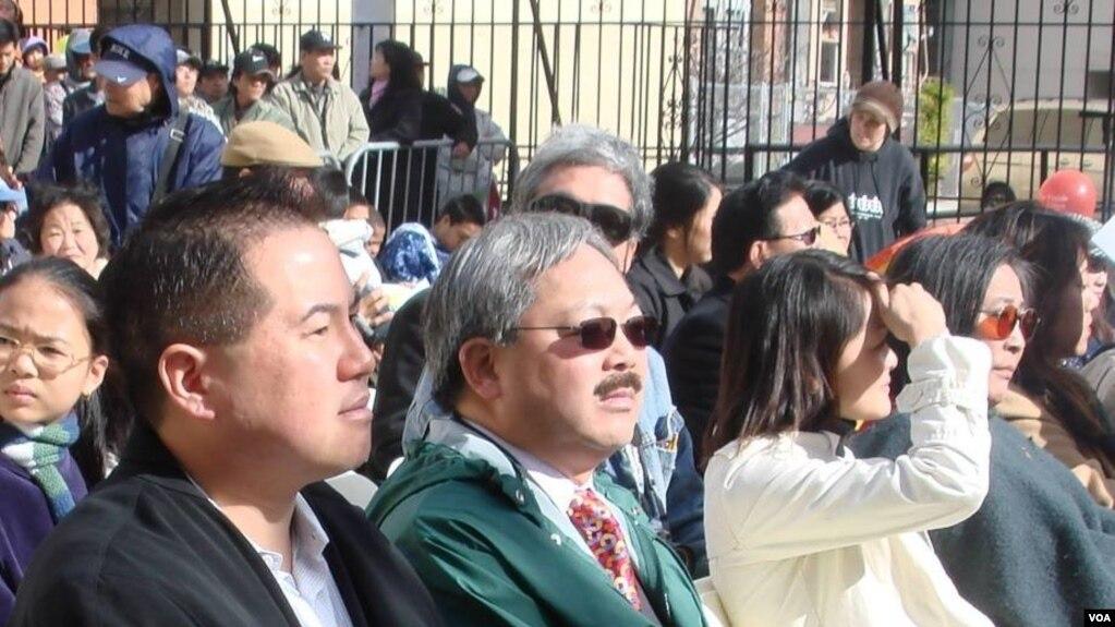 Thị trưởng Edwin M. Lee, ngồi giữa, tham dự lễ khai mạc Hội Tết 2008 của cộng đồng người Việt tại San Francisco. (Ảnh: Bùi Văn Phú)