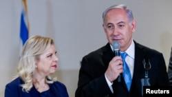اسرائیل کے وزیر اعظم بنیامین نیتن یاہو اور اُن کی اہلیہ سارا۔ فائل فوٹو