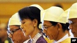 緬甸民主運動領導人昂山素姬正式宣誓成為緬甸議會議員