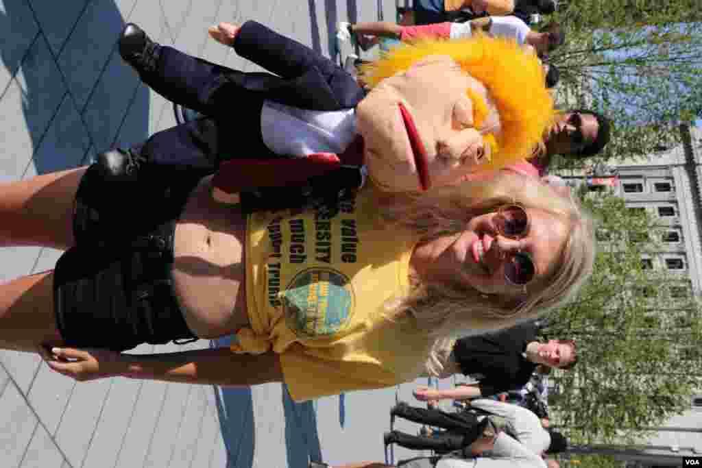 این دختر عروسکی به شکل ترامپ درست کرده بود و ادای او را در می آورد.