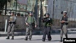 Pasukan penjaga perbatasan Israel mengarahkan senjatanya ke para pengunjuk rasa Palestina menyusul bentrokan di Bethlehem, Tepi Barat (22/1).