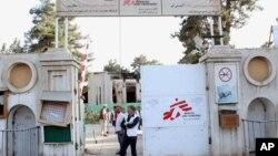 지난 15일 미군과 아프가니스탄 조사단이 쿤두즈의 '국경없는 의사회' 병원 건물을 무단 침입한 후 크리스토퍼 스톡스 국경없는 의사회 사무총장이 병원 문 앞에 서 있다.