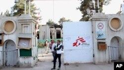 Tổng giám đốc của Bác sĩ không biên giới Christopher Stokes (đứng thứ hai bên trái), đứng trước cổng bệnh viện sau khi quân đội Mỹ rời khỏi khu vực ở Kunduz, Afghanistan, ngày 15/10/2015.