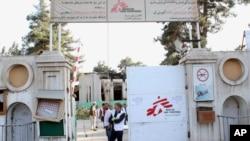 Christopher Stokes, director de Médicos Sin Fronteras observa la puerta del hospital de Kunduz, Afganistán derribado por tropas de EE.UU. y afganas que fueron a evaluar los daños del bombardeo del 3 de octubre.