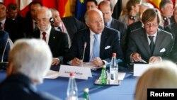15일 프랑스 파리에서 '이슬람국가'(ISIL)의 대응책을 마련하기 위한 '이라크 평화 안보 국제회의'가 열린 가운데, 로랑 파비우스 프랑스 외무장관(가운데)이 발언하고 있다.