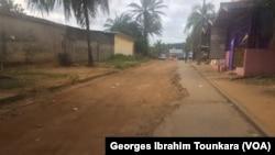 Route dégradée à Abidjan la capitale ivoirienne, en Côte d'Ivoire, le 17 octobre 2017. (VOA/Georges Ibrahim Tounkara)