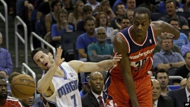Pebasket Orlando Magic J.J. Redick (7) mencetak 17 poin dan membantu membantu timnya menang atas klub Washington Wizards (foto, 19/12/2012).