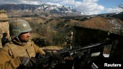 سيمه کښې دونګ کمانډر کرنل ياسر بشير په نوم ديو عسکري مشر وينا ده چې چاودنه هاغه مهال وشوه کله چې په پاک افغان خرلاچي ګيټ دافغانستان داړخ څخه يو ځانمرګي دداخليدو هڅه کوله او کله مليشه ځواکونو دهغه دمخې نيولو نيولو هڅه وکړه نو هغه ځان والوځولو.