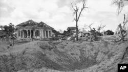 Những hố bom và đống đổ nát là những gì còn lại của thị trấn Kampong Tram vào tháng 8 năm 1973, bị tàn phá trong một đợt ném bom của Mỹ.