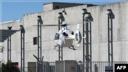 Lực lượng cứu hộ và nhân viên y tế Pháp tới hiện trường vụ nổ tại nhà máy điện hạt nhân Marcoule bằng máy bay trực thăng, ngày 12/9/2011