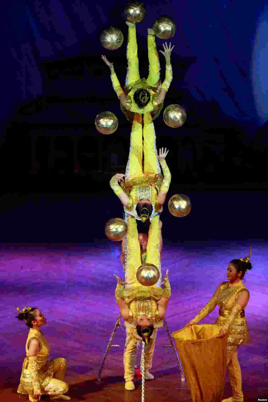 Kelompok sirkus China menunjukkan aksi mereka pada pertunjukan diRangoon, Myanmar.