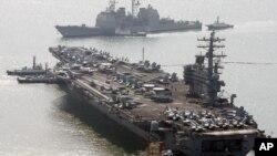 美国里根号航母和一艘神盾舰在韩国釜山港口
