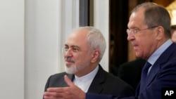 세르게이 라브로프 러시아 외무장관이 17일 모스크바를 방문한 모하마드 자리프 이란 외무장관을 맞이하고 있다.