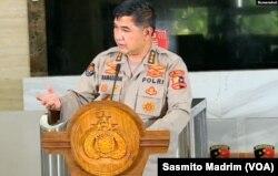 Kepala Bagian Penerangan Umum Divisi Humas Polri Ahmad Ramadhan saat konferensi pers di Jakarta, Senin, 14 Desember 2020. (Foto:VOA/Sasmito Madrim)