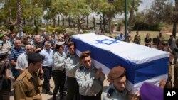 21일 이스라엘 군인들이 하마스와의 교전 과정에서 사망한 동료의 운구를 실어나르고 있다.