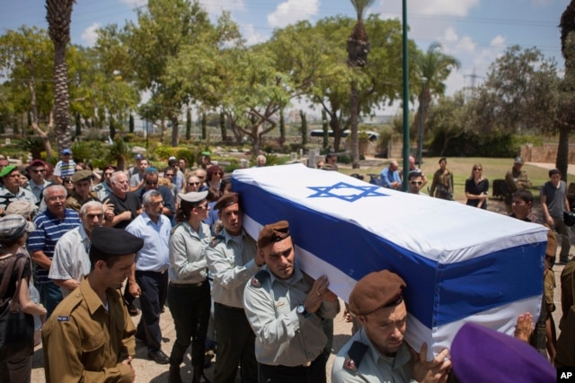 Israeli soldiers carry the coffin of Maj. Tzafrir Bar-Or, 32, at the military cemetery in Holon July 21, 2014.