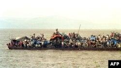 Abantu barenze urugero bari mu bwato bwunguruza abantu mu mazi, buvuye i Kinshasha kwerekeza mu ntara ya Bandundu, kw'itariki 09/05/2000