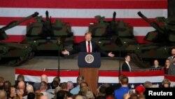 صدر ٹرمپ اوہایو میں ٹینک بنانے والی فیکٹری میں ملازمین سے خطاب کر رہے ہیں۔
