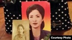 박문재 박사가 누나 박경재 씨의 유골을 담아온 유골함 앞에 박경재 씨의 젊은 시절 사진이 놓여있다.