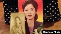 재미 이산가족 박문재 박사가 누나 박경재 씨의 유골을 담아온 유골함 앞에 박경재 씨의 젊었을 때 사진이 놓여있다.