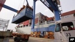 Un contenedor con mercancía procedente de China es descargado en el puerto de Boston.