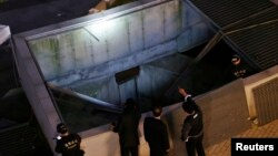 17일 경기도 성남시 분당구 판교테크노밸리 야외공연장에서 환풍구 덮개가 붕괴하는 사고가 발생한 가운데, 경찰이 사고 현장을 조사하고 있다.