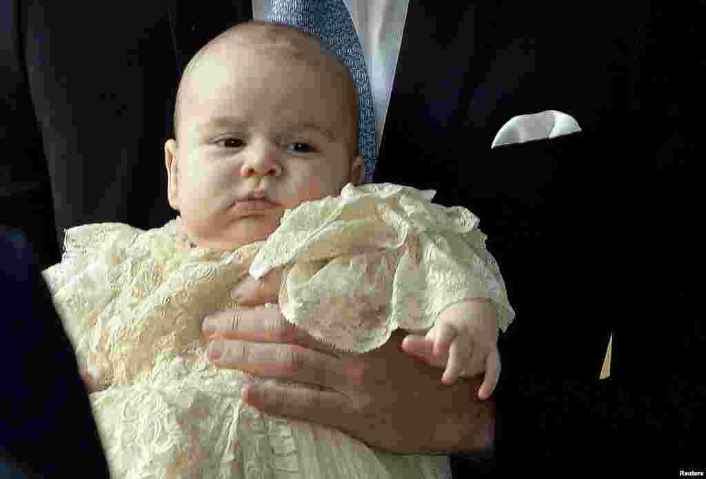 شہزادہ جارج پیدائش کے بعد پہلی بار عوام کے سامنے آئے۔