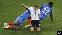 بازیکن آلمان که در بین دو بازیکن فرانسه یی گیر مانده است.