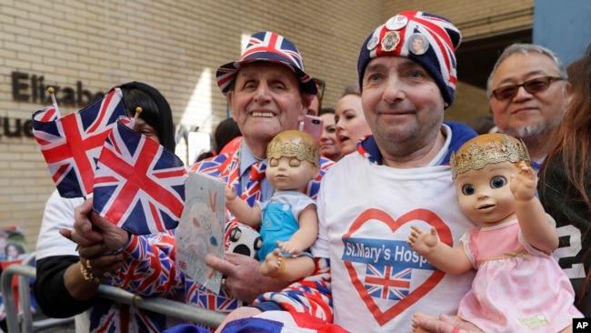 Fanáticos de la pareja real aguardan en las afueras del hospital a la espera del nacimiento del tercer hijo de Kate y el príncipe Guillermo. Antes del alumbramiento se desconocía el sexo del bebé.