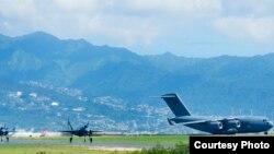 兩架F35A戰機和一架運輸機2017年10月30日準備離開夏威夷飛抵日本沖繩(美軍太平洋司令部照片)