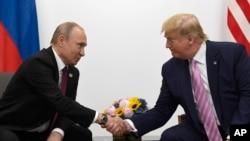 ABŞ prezidenti Donald Tramp və Rusiya prezidenti Vladimir Putin Yaponiyada Osakada Böyük 20-lər sammiti çərçivəsində ikitərəfli görüş zamanı, 28 iyun, 2019.