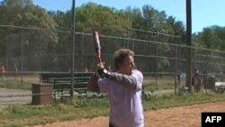 Bà Janet Weeks, 75 tuổi, thường xuyên chơi môn bóng mềm trên sân này, nằm ở ngoại ô thủ đô Washington, cùng với các hội viên khác của Golden Girls