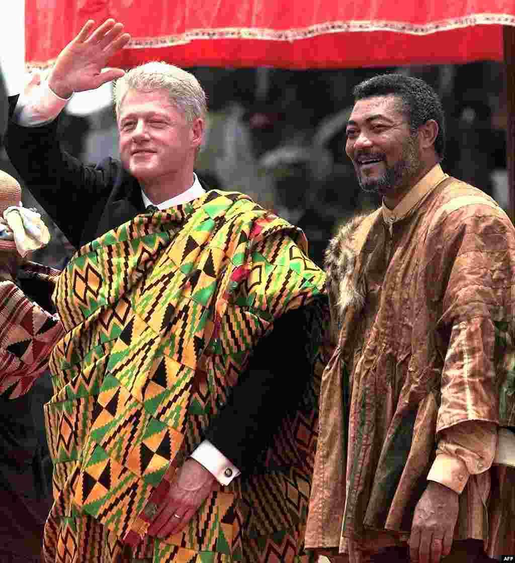 Rais Bill Clinton wa Marekani pamoja na Jerry Rawlings wa Ghana baada ya kukabidhiwa kitenge