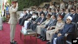 Một sĩ quan Ai Cập chào Tổng thống Morsi (thứ 3 từ phải) trong buổi lễ tốt nghiệp tại một căn cứ quân sự của Ai Cập