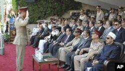 Novoizabrani predsednika Egipta Mohamed Morsi sa članovima vojnog vrha na svečanosti uručenja diploma vojnim pitomcima u bazi nadomak Kaira, 9. jul 2012.