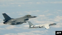 台灣F16戰機監控伴飛在台灣南部巴士海峽上空飛行的中國空軍H-6K轟炸機。 (2018年5月11日)